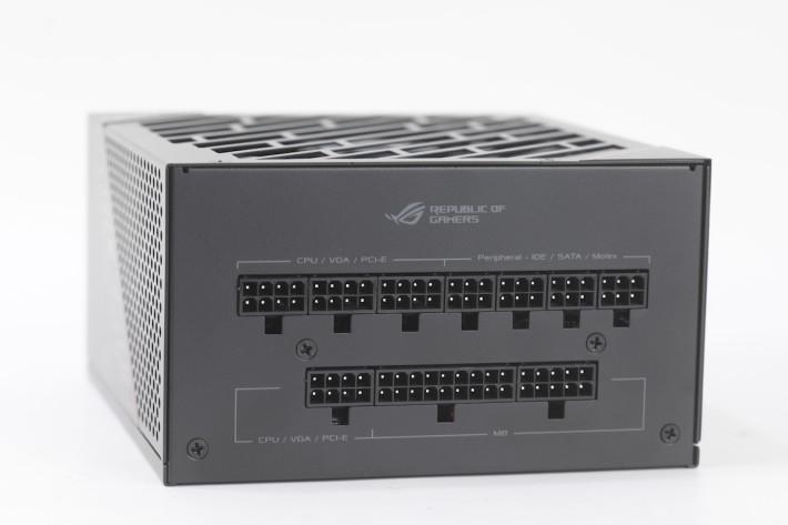 彈性的組合,如 4 組 +12V 輸出皆可作 CPU 及 PCI-E 輸出。
