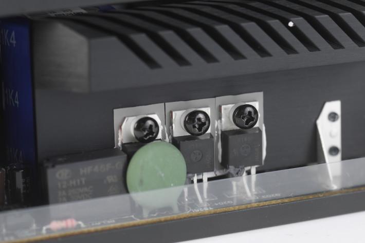 採用特製的ROG大型散 熱片。