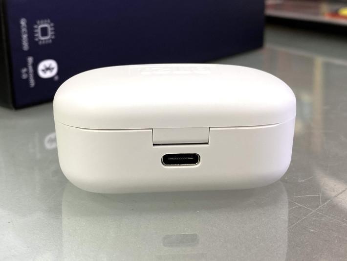 便攜式充電盒除 USB-C 充電外,更支援無線充電功能。