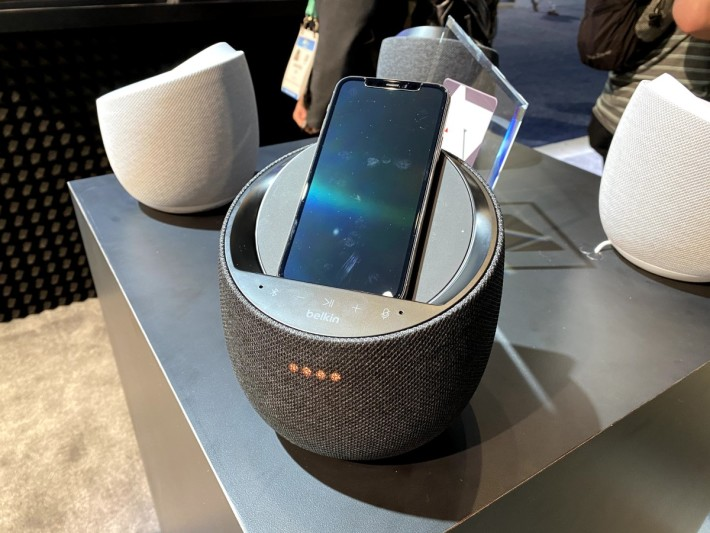 Soundform Elite 的外觀型格,斜位是手機無線充電位置,支援 10W 無線快充。