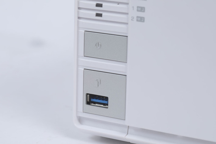前面的 USB 3 接口也可以用來作備份之用