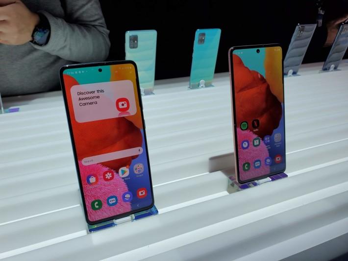 Galaxy A71(右)及 Galaxy A51(左)。