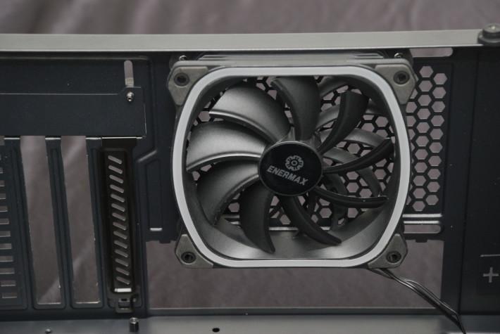 背板預鎖一把 120mm 星彩蝠風扇,也可更換為水冷排。
