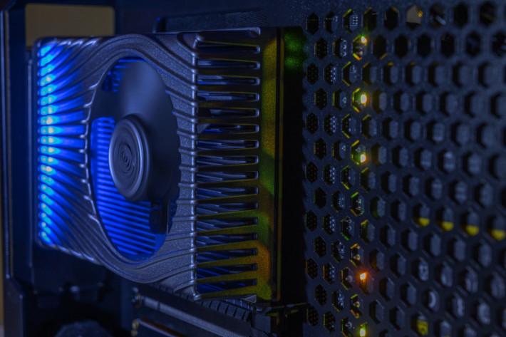 從這圖可見公卡有 LED 燈效,散熱片之間的密度並不稱高。