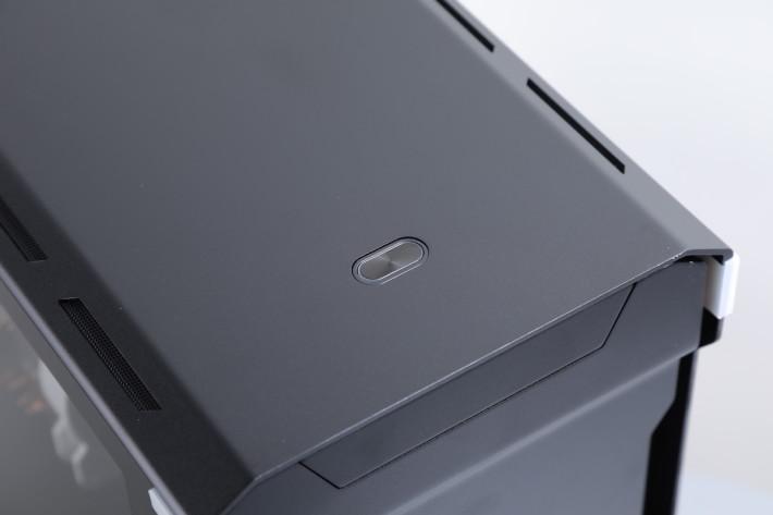 大部分連接埠採用隱藏設計,頂部僅有開關鍵。