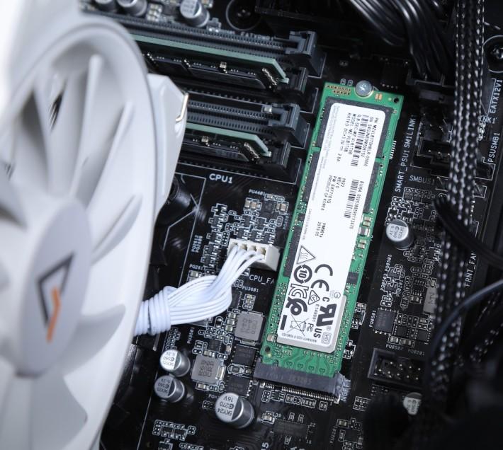 機身僅有 1TB M.2 SSD,據說儲存主要在 NAS 進行。