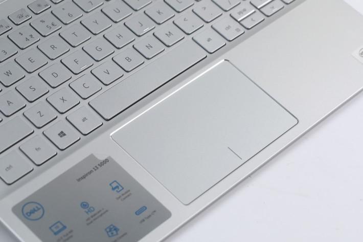 特大的 Trackpad 放在 Space Bar 正下方。