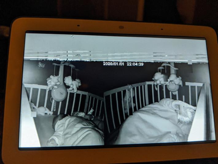 其中一張照片清楚看到在嬰兒床上睡覺的嬰兒