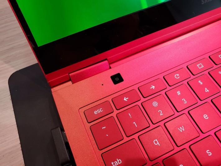鍵盤左上角備有一個 8MP 鏡頭,方便機身立起時可用來作拍攝或視像通話。