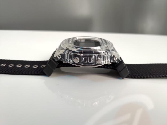 錶側同樣是透明可見內裡錶芯。
