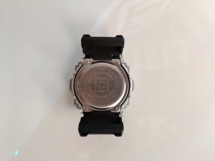 錶底印有 CLOT 標誌。