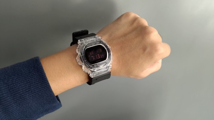 基本的黑色尼龍錶帶上手戴。