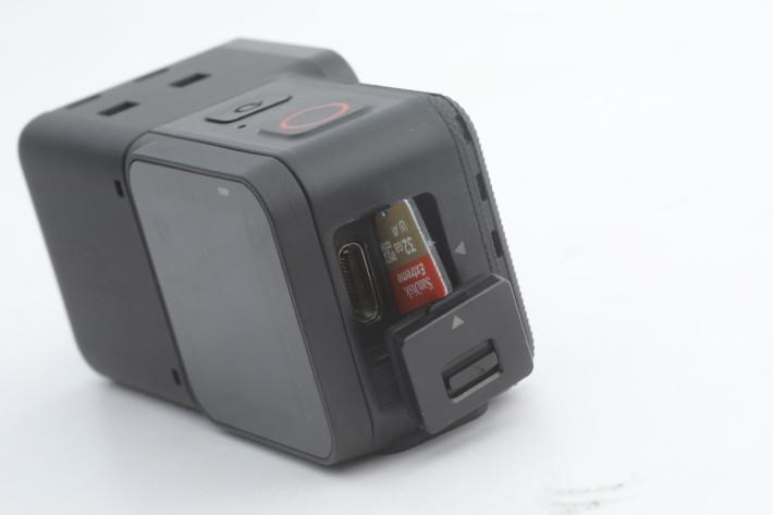 揭開主機模組側的保護蓋,便可見到 USB-C 插頭及 microSDXC 卡槽。