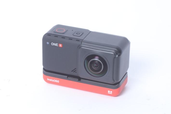 裝上 360° 全景鏡頭模組的 ONE R,仍是 Action Cam 大小。