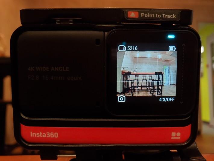 操作介面是透過由上下左右向中間滑動,再加左下角及右下角兩個快捷鍵。