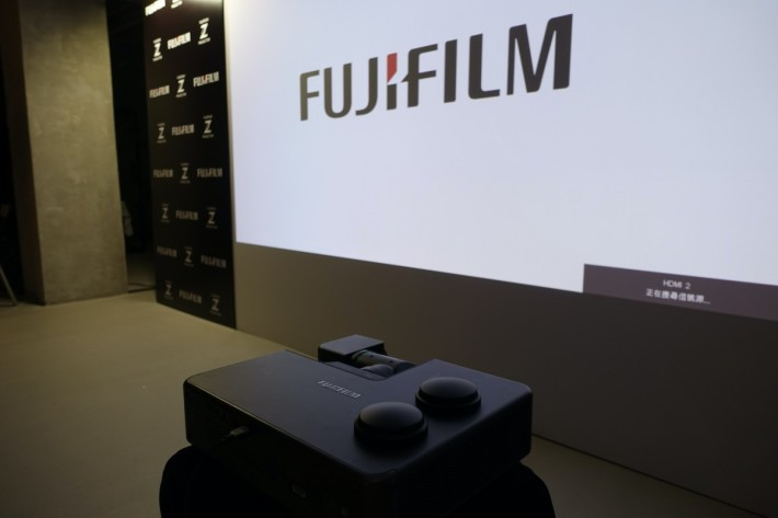 .FUJIFILM Z5000 的鏡頭移軸角度相當大,投影機可以放左投影畫面一角,也能投放無變形大畫面。