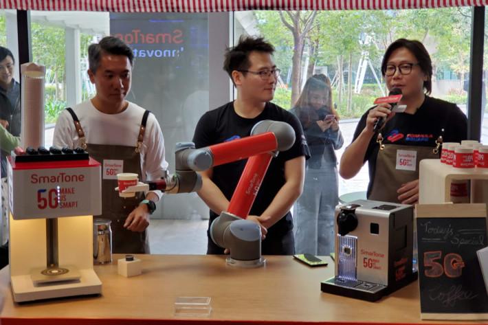 亦可用 5G 手機與機械臂連接,即時調配咖啡甚至「拉花」等。