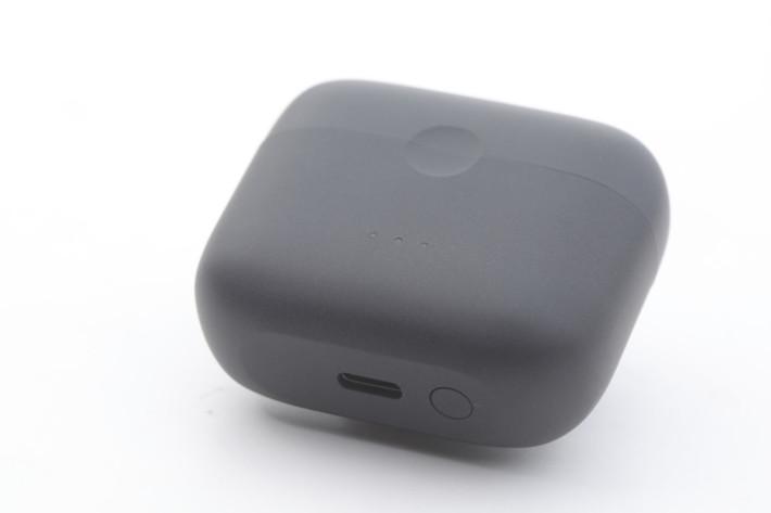 充電盒備 USB-C 插頭,作回充之用。