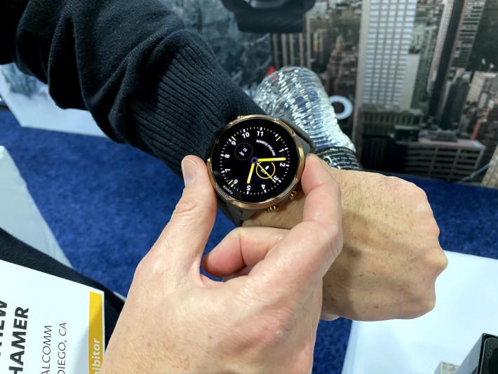 Suunto 7 外型一樣強悍,使用 24mm 錶帶,AMOLED 屏幕非常清晰。