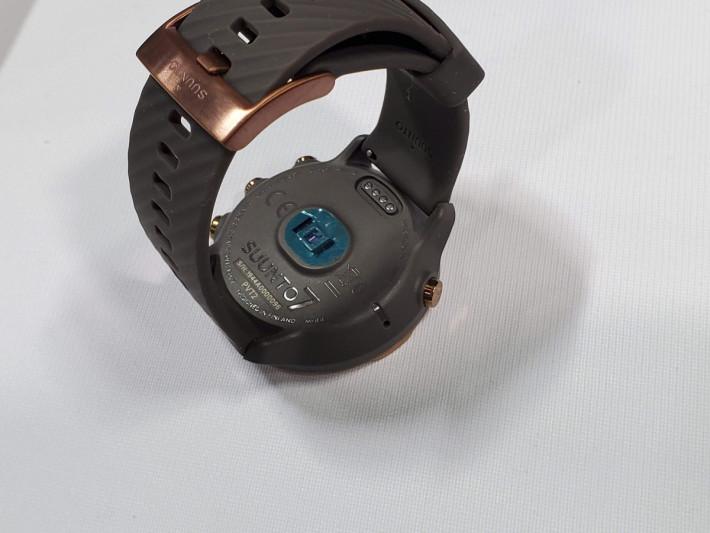 錶底備有光學式心率感應元件,此錶支援 50m 防水能力。