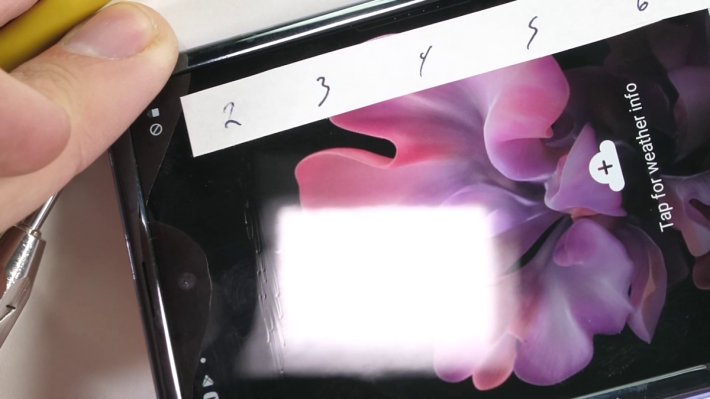 Zack Nelson 發現即使是硬度只有 2 的塑膠棒尖也會在屏幕上弄出凹痕。