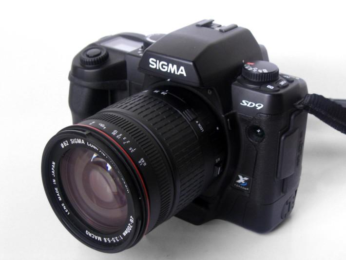SD9 是首款採用 Foveon X3 感光元件的單鏡反光相機