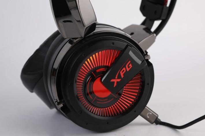 連接電源後耳機的兩旁會發出紅光,十分有型。
