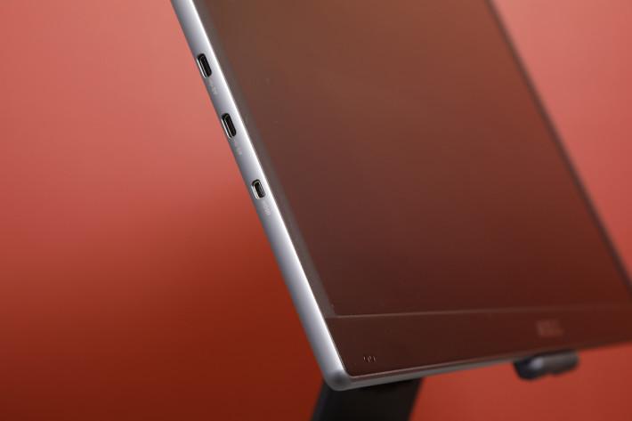 屏幕相當薄,因此只有旁邊設有 USB-C 和 micro HDMI 輸入,機背沒任何插頭或按鍵。
