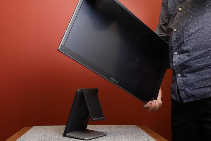 跟機有個可摺合機座,平時只要放上屏幕就可當桌面顯示器用。