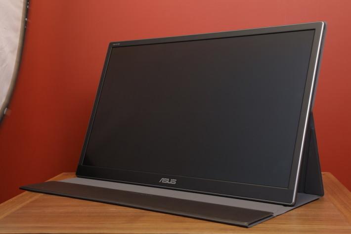 活動使用時,可配合一個像 iPad Smart Cover 的機套使用,有磁吸設計,平時可保護屏幕,也可以調校角度放在桌上使用。