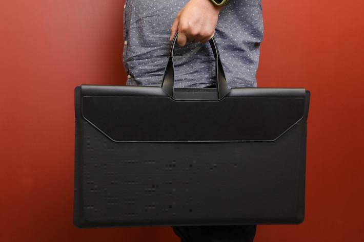 也有一個便攜機袋,就可以把顯示器拎住四圍走,像美工人員的美術袋。