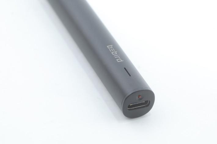 採用 USB Type-C 為耳棒充電。