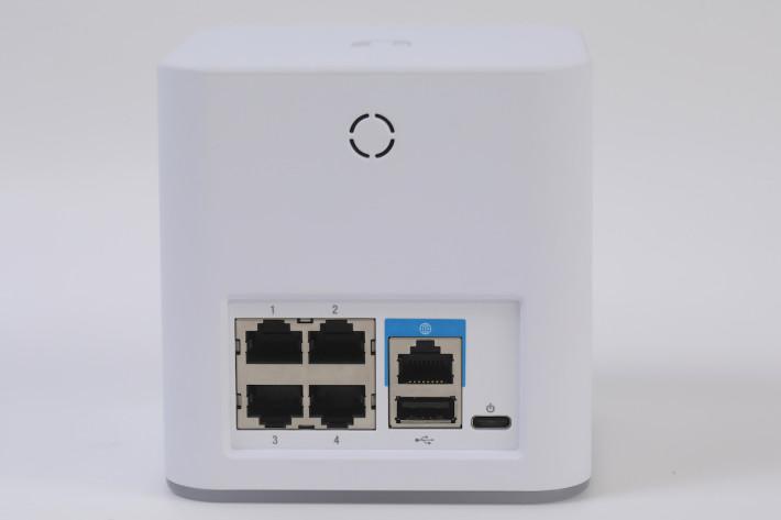 主機體積細細,但有多達 4 組 GbE LAN 及 一個 USB 介面。