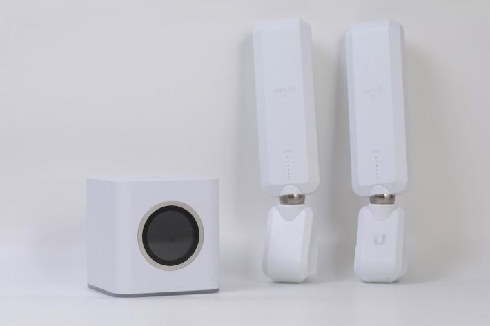 AmpliFi HD Mesh Wi-Fi 套裝,由一個小型立方的主機跟兩組分機組成。