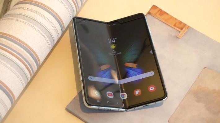 其實在去年 Samsung Galaxy Fold 推出時,官方亦特別提醒傳媒及客戶有關使用摺屏手機需要注意的地方。