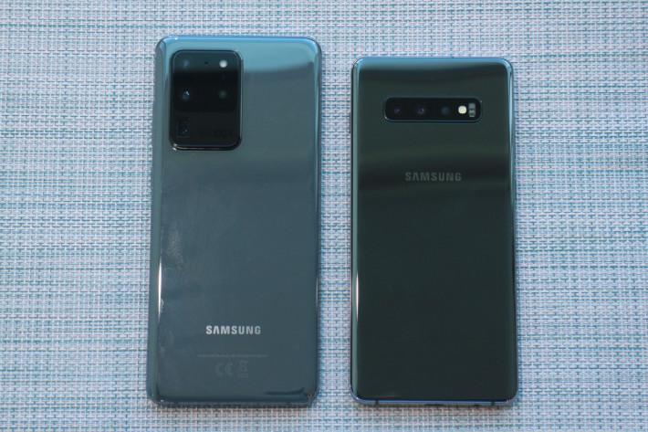 與 Galaxy S20+ (右)比較,Galaxy S20 Ultra 矩形方塊相機模組相當突出,亦可看到印有「100X Space Zoom」字樣。