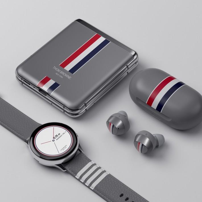 特別版的機身上有著 Thom Browne 標誌性旗標,更包括同樣風格的 Galaxy Buds+ 及 Galaxy Watch Active2。