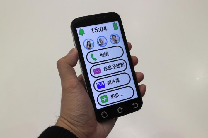 使用 Android 系統,並且調校至適合長輩的使用習慣,如鈴聲與通話音量夠大,大圖示以及大字體。