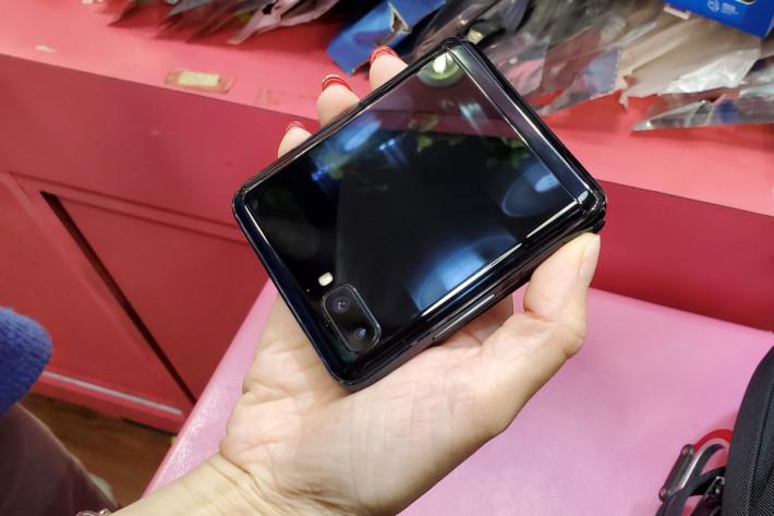 摺起的 Galaxy Z Flip 非常小巧,女生一手就可掌握得到。