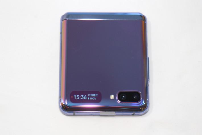 「鏡面紫」款式極為吸睛,機面備有一個 1.1 吋 Super AMOLED 屏幕,用來顯示不同提示及接聽來電。