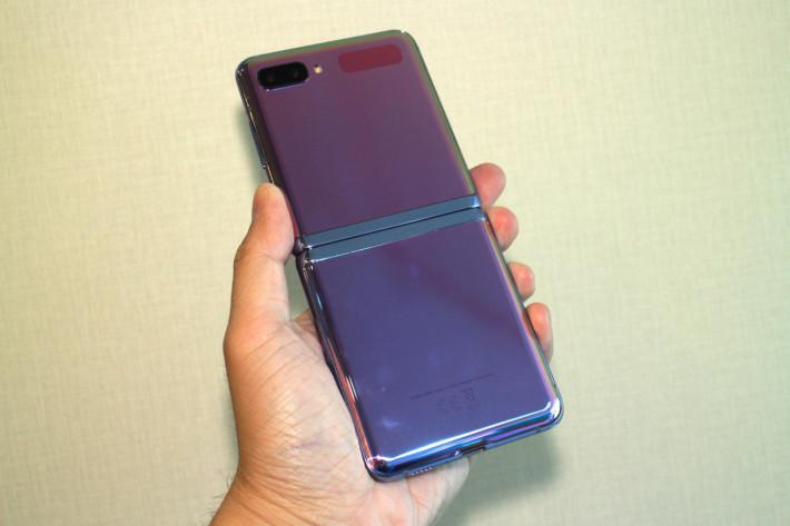 隱藏式轉軸(Hideaway Hinge)設計,當 Galaxy Z Flip 完全打開時是不會看到轉軸位。