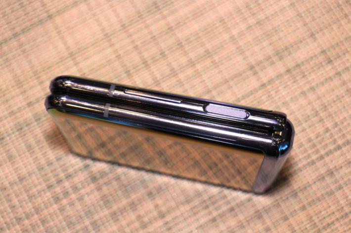 指紋感應與主開關合二為一,從側面可見 Galaxy Z Flip 同 Galaxy Fold 一樣,摺疊後中間會留有一些空間,並非完全貼合。