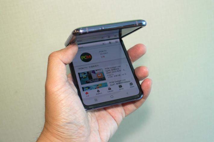 由於屏幕有圍邊,其實不用擔心單手打開手機時會誤損屏幕。