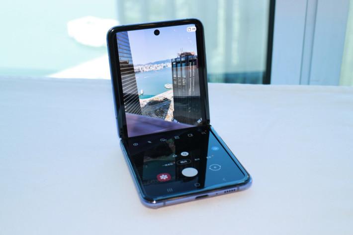 不過摺起機身後,介面就會調至摺疊使用時的模式,上半截屏幕用作取景,下半截屏幕用於操作。