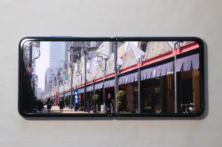 Dynamic AMOLED 顯示效果不俗,顏色對比度令人滿意,但觀看一般 16:9 影片時其實左右兩邊都會有頗大的黑邊(拍攝時是將影片放大以填滿整個屏幕)。