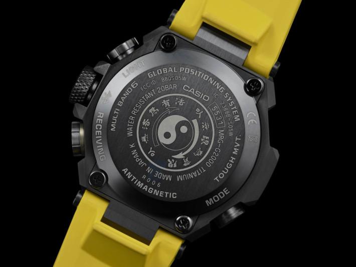 錶底刻有「以無法為有法,以無限為有限」字句及「截拳道」的太極圖標誌。
