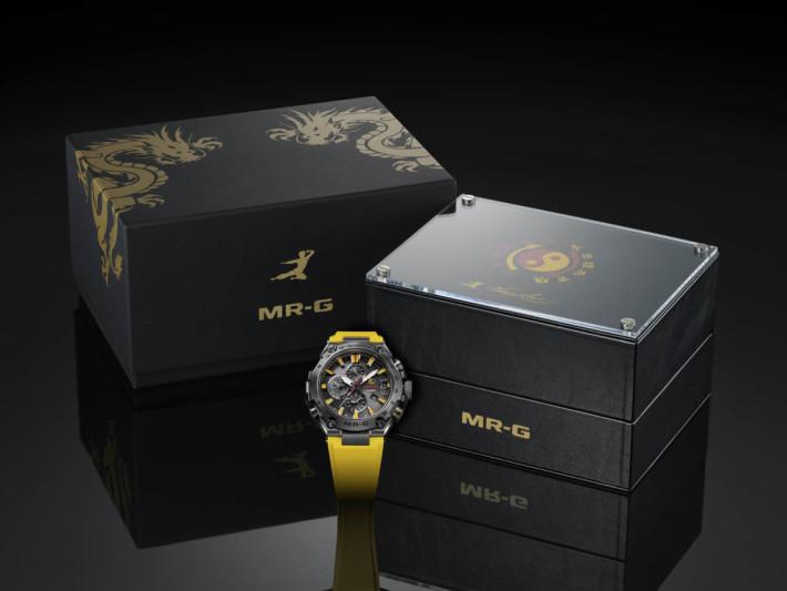 限量版腕錶當然有個奢華包裝,錶盒內外都有李小龍的標誌性元素。