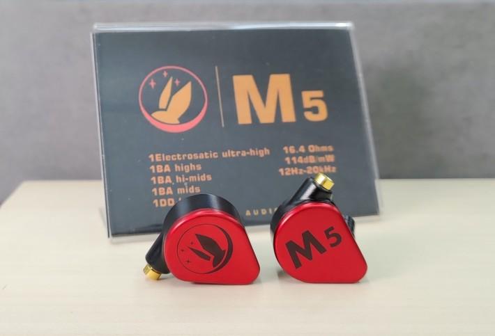 內置一圈四鐵及一靜電單元的旗艦型號 M5,用上紅色外殼,十分搶眼。