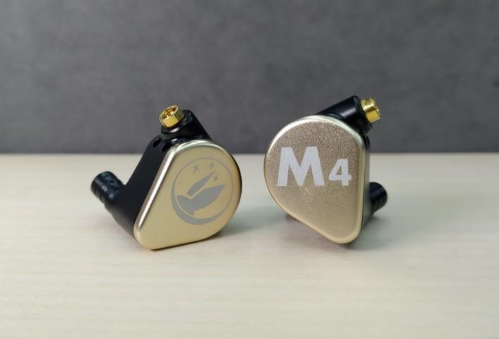 金色外殼的 M4 內置一圈三鐵,適合聽廣東流行曲、發燒人聲、協奏曲。