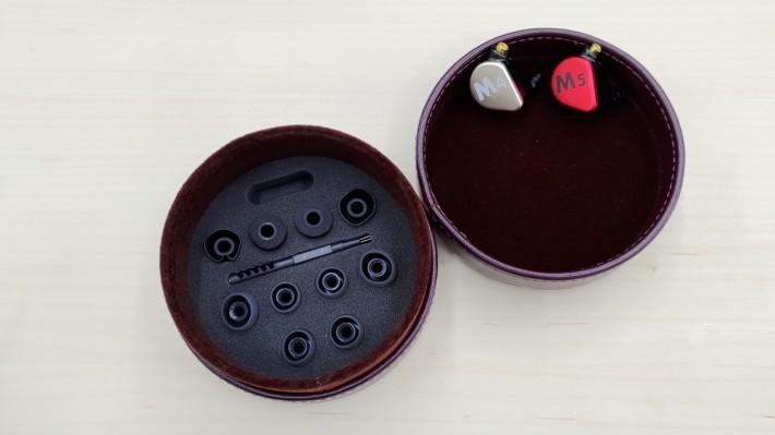 M4 及 M5 均附一個酒紅色的耳機盒,同樣可放多個耳塞及配件。